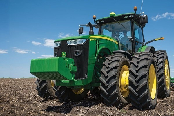 8 Series Row Crop Tractors Photo