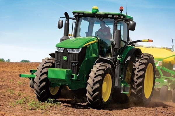 7 Series Row Crop Tractors Photo