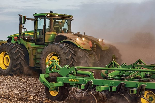 9R 590 Tractor Photo